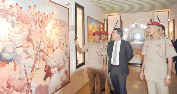 وزير الدولة بوزارة الخارجية السويسرية يزور متحف قوات السلطان المسلحة
