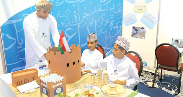 """فعاليات متعددة يشهدها معرض منتجات رواد الأعمال """"إبداعات عمانية 2″ وركنا المسرح والسيارات يبهران الزوار"""