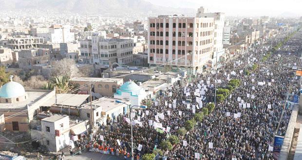 اليمن يسقط في الفراغ .. حشود (مع) و(ضد) و(قوات الاحتياط) تحذر من الانقسام