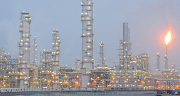 العوامل السياسية هي من تتحكم في تحديد أسعار النفط أكثر من العرض والطلب وتراجع الأسعار مستمر