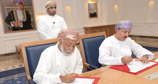 """""""القوى العاملة"""" توقع على 22 اتفاقية في مجال التدريب بأكثر من مليون ونصف ريال عماني"""