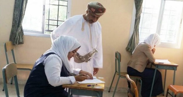 محمد التوبي يتابع سير امتحانات الدبلوم بجنوب الباطنة