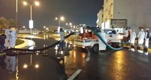 بلديات محافظة البريمي تبذل جهوداً لمعالجة آثار المنخفض الجوي