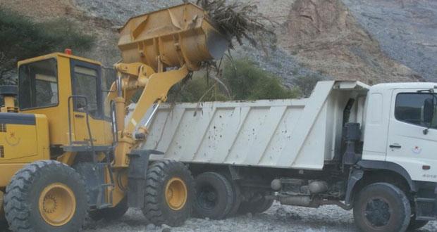بلدية الرستاق تنفذ حملة لإزالة مخلفات الأشجار بقرية وادي بني عوف