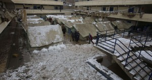 عاصفة الشرق الأوسط الثلجية تزيد من معاناة لاجئي سوريا ومنكوبي غزة