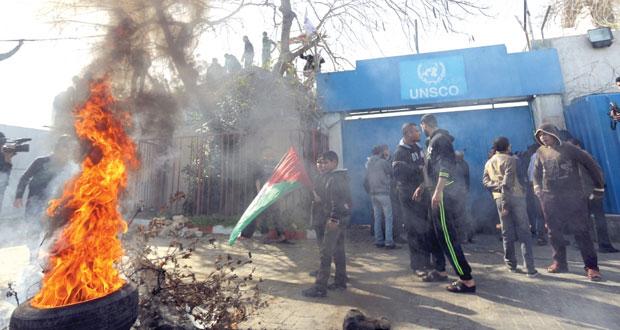 """الفلسطينيون قلقون من وقف مساعدات """" الأونروا"""" ومتظاهرون يقتحمون مقرها بغزة"""