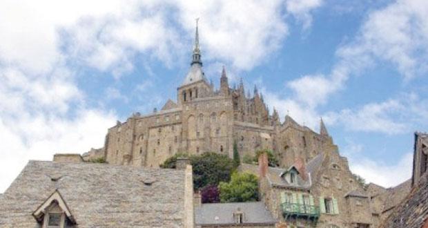 المعالم الفرنسية تتكيف مع عصر الإنترنت لجذب مزيد من السياح الأجانب