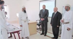 وزير العدل الأردني يزور المعهد العالي للقضاء بنزوى