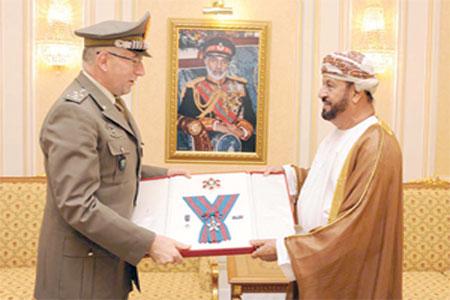 جلالة السلطان يمنح وسام عُمان العسكري لرئيس للأركان الإيطالي