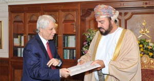 جلالة السلطان يتلقى رسالة من الرئيس الجزائري