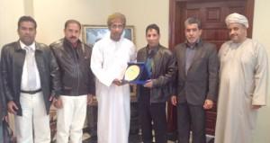 وفد جمعية الصحفيين يلتقي سفير السلطنة بالمغرب ويزور مسجد الحسن الثاني