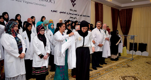 الاحتفال بتسليم المعطف الأبيض لطلبة كلية عمان الطبية بصحار