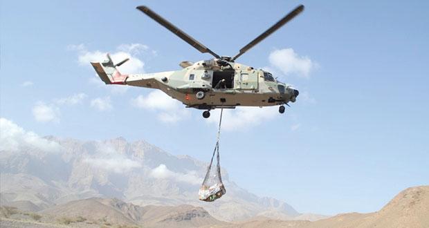 سلاح الجو السلطاني العماني يقوم بنقل مواد استهلاكية لقرية بالجبل الأخضر
