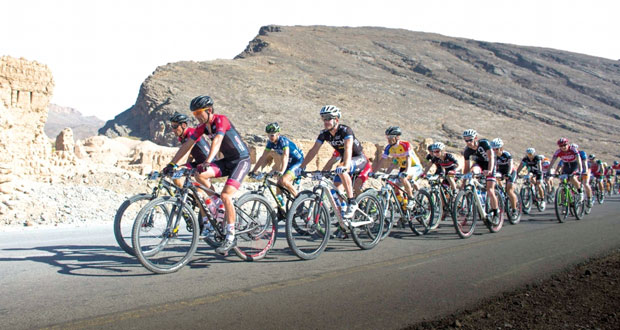 """المتسابقون يستمتعون بمرحلة """"تنوف"""" من سباقات اختراق جبال الحجر للدراجات الهوائية الجبلية"""