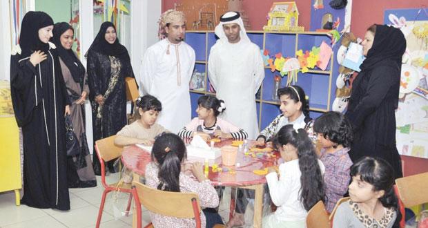لجنة بينالي عمان الدولي لرسوم الأطفال تزور مراكز الأطفال بالشارقة