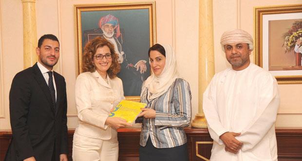 تقديم مجموعة من الكتب الإيطالية لجامعة السلطان قابوس
