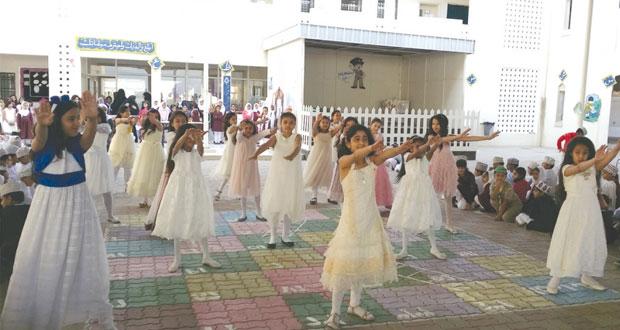 محافظات وولايات السلطنة تحتفل بيوم المعلم بتكريم الهيئات التدريسية وإقامة مهرجانات الاحتفاء