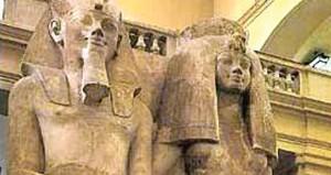 """إزاحة الستار عن تمثال جديد للملك امنحتب الثالث والملكة""""تى"""" جنوب مصر"""