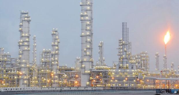خام عمان يرتفع دولارا والنفط ينخفض مع اقتراب السعودية من انتاج قياسي
