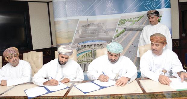 """""""النقل والاتصالات"""" توقع على عدد من الاتفاقيات في مجال الطرق بتكلفة أكثر من 376 مليون ريال عماني"""