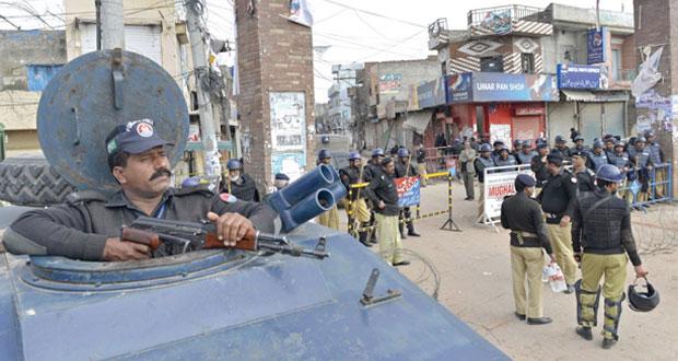 باكستان: تنفيذ 10 أحكام إعدام ومقتل رجل وولديه بانفجار (دمية)
