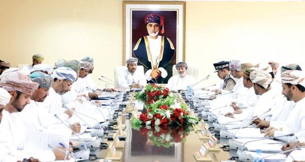 وزير الدولة ومحافظ ظفار يلتقي بأعضاء المجلس البلدي بالمحافظة