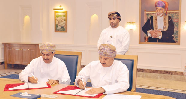 (القوى العاملة) توقع على (18) اتفاقية بتكلفة تقارب مليون ريال عماني