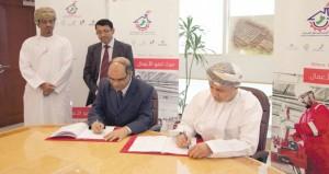 (المناطق الصناعية) توقع اتفاقيتين لتطوير منطقتي صحار وسمائل الصناعيتين