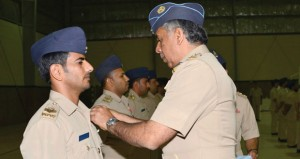 تسليم شهادات الإجادة وتقليد ميدالية الخدمة الطويلة لعدد من منتسبي قاعدة مصيرة الجوية