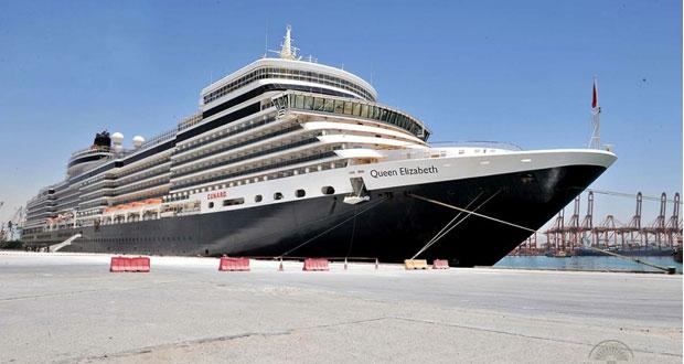 الباخرة السياحية كوين اليزابيث تزور السلطنة وميناء صلالة استقبل 12914 سائحاً هذا العام