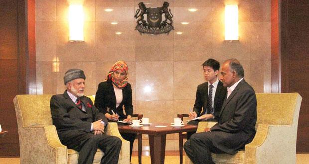يوسف بن علوي يبحث مع وزير الخارجية ووزير القانون السنغافوري تطوير العلاقات