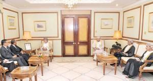 يوسف بن علوي ودرويش البلوشي والساجواني يستقبلون كبير وزراء الدولة للشؤون الداخلية والخارجية السنغافوري
