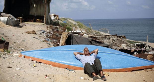 بحرية الاحتلال تفتح نيرانها على الصيادين في غزة وقنابله تحرق محاصيل المزارعين