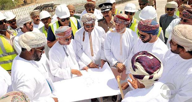 محافظ ظفار يتابع سير العمل في المشاريع التنموية في صلالة