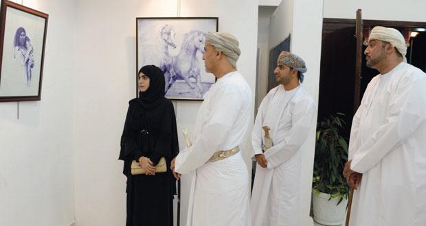 """""""التراث والثقافة"""" تنظم معرض """"فجر"""" لأربعة تشكيليين عمانيين"""