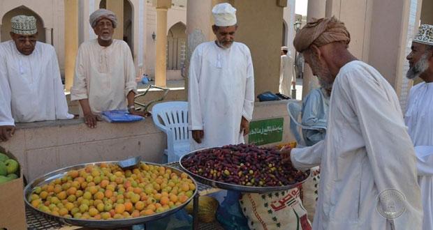 المشمش والبوت والرطب .. الأكثر اقبالا في سوق الفواكه المحلية