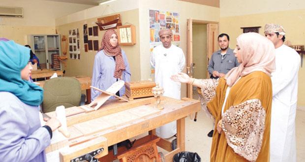 عائشة السيابية تطلع على سير عمل برنامج صناعة المناديس بالسيب