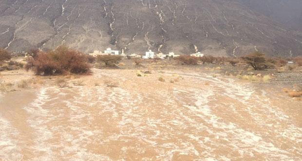أمطار غزيرة على ولايات المضيبي ودماء والطائيين والرستاق