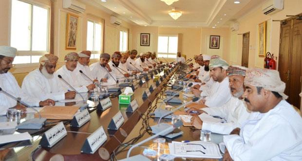 المجلس البلدي بمحافظة الداخلية يناقش استمرار انقطاع المياه بولايات المحافظة