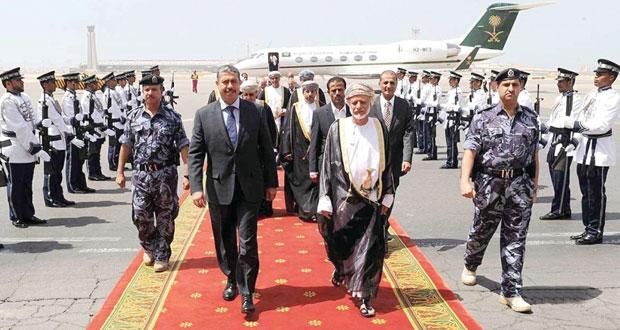 نائب الرئيس ورئيس الوزراء اليمني يصل السلطنة