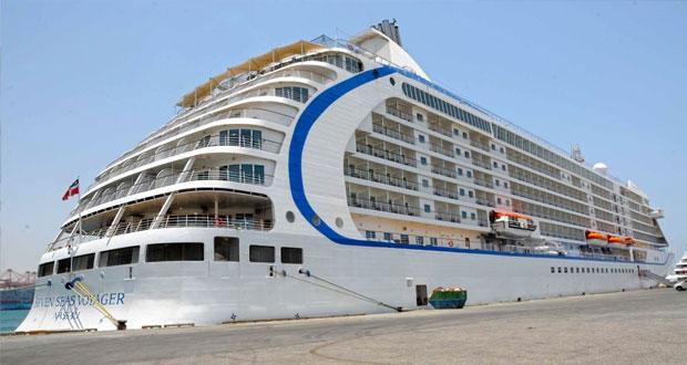 """السفينة السياحية """"ريجنت سفن سيز"""" تزور ميناء صلالة وعلى متنها 660 سائحاً"""