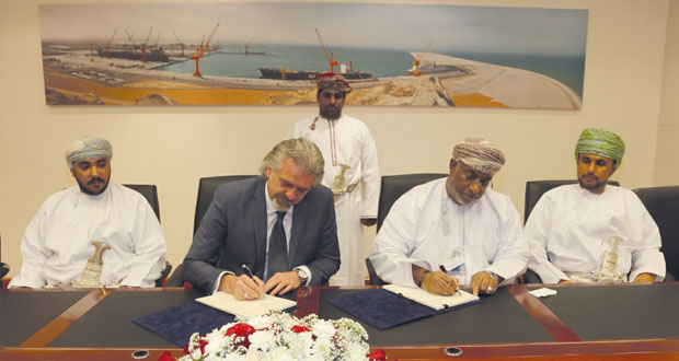 التوقيع على اتفاقية حق الانتفاع بالأرض لتشييد منتجع شاطئ الدقم السياحي