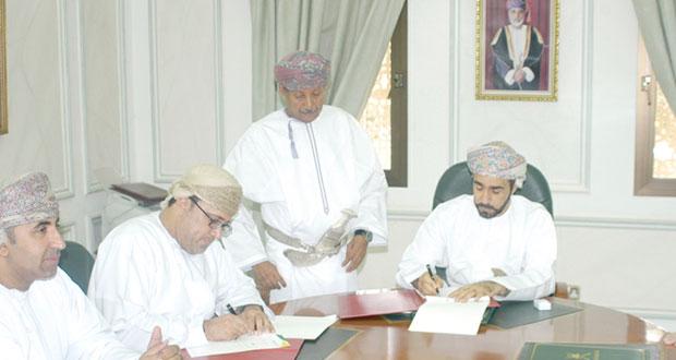 توقيع اتفاقيتين لإنشاء محطة لتحلية المياه بولاية شليم وجزر الحلانيات بمحافظة ظفار