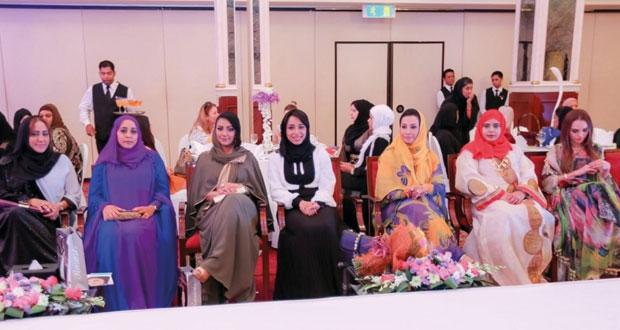 روافد عمان تنظم عرضا لأجمل التصاميم وأحدث التشكيلات للأزياء العمانية