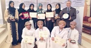 طلاب من جامعة السلطان قابوس يحصدون جوائز الملتقى الثالث للجمعية الجيوفيزيائية الأمريكية بالبحرين