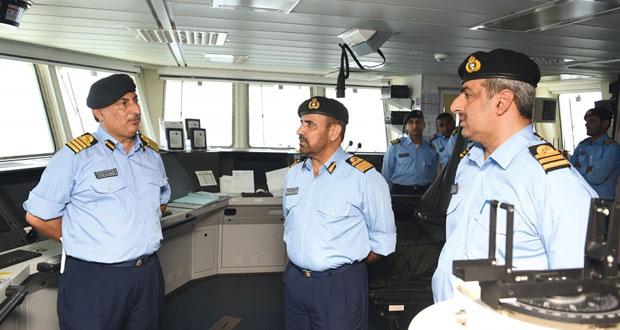 قائد البحرية السلطانية العمانية يتابع فعاليات التمرين البحري ( خنجر حاد )