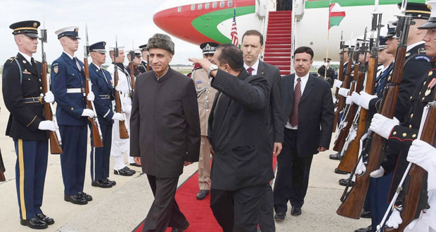 فهد بن محمود يصل واشنطن لترؤس وفد السلطنة في (الخليجية ـ الأميركية)