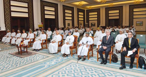 """خالد البوسعيدي يكرم المشاركين في برنامجي """"القيادة """" و""""تطوير القيادات الادارية"""""""