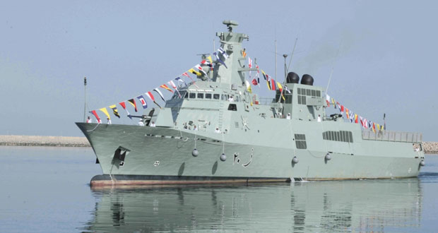 """وصول سفينة البحرية السلطانية العمانية """"السيب"""" لقاعدة سعيد بن سلطان البحرية"""
