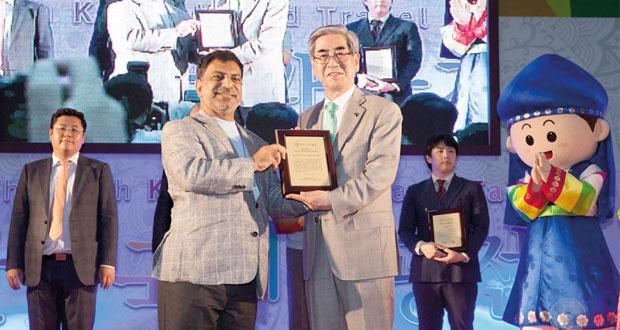 جناح السلطنة في معرض السياحة الدولي بكوريا يحصل على جائزة أفضل جناح في الإدارة